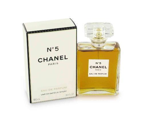 """N°5 Chanel Paris được xem là một """"sáng tác hoàn hảo"""", bạn đồng hành của những người đàn bà tân thời, táo bạo và yêu chuộng tự do hồi đầu thập niên 1920."""