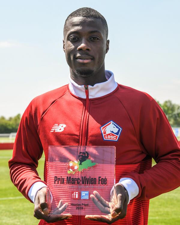 L'Ivoirien Nicolas Pépé pose avec son Prix Marc-Vivien Foé 2019.