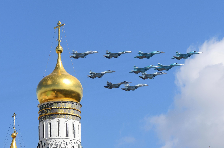 Des avions militaires russes survolent Moscou lors d'une parade le 4 mai 2017.