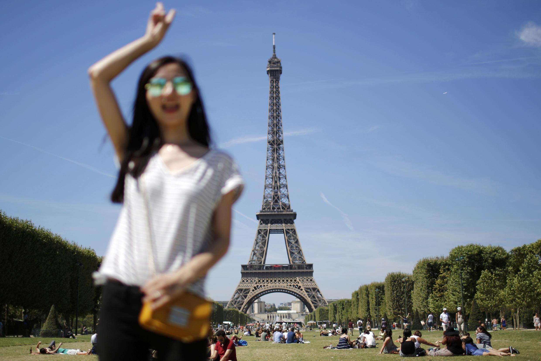 Заботясь о благе туристов, работники Эйфелевой башни не пускают их на осмотр достопримечательности