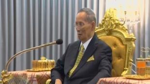 Quốc vương Thái Lan Bhumibol Adulyadej trong một buổi lễ tại Bangkok, Thái Lan, ngày 14/12/2015.