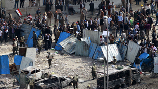 Les soldats de l'armée égyptienne face aux manifestants anti-Moubarak, place Tahrir, au Caire, le 3 février 2011.