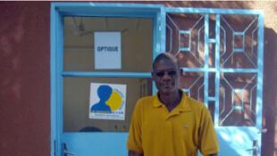 Ibrahim Bello, gestionnaire du Centre d'apprentissage des handicapés d'Agadez et responsable de l'atelier d'optique.