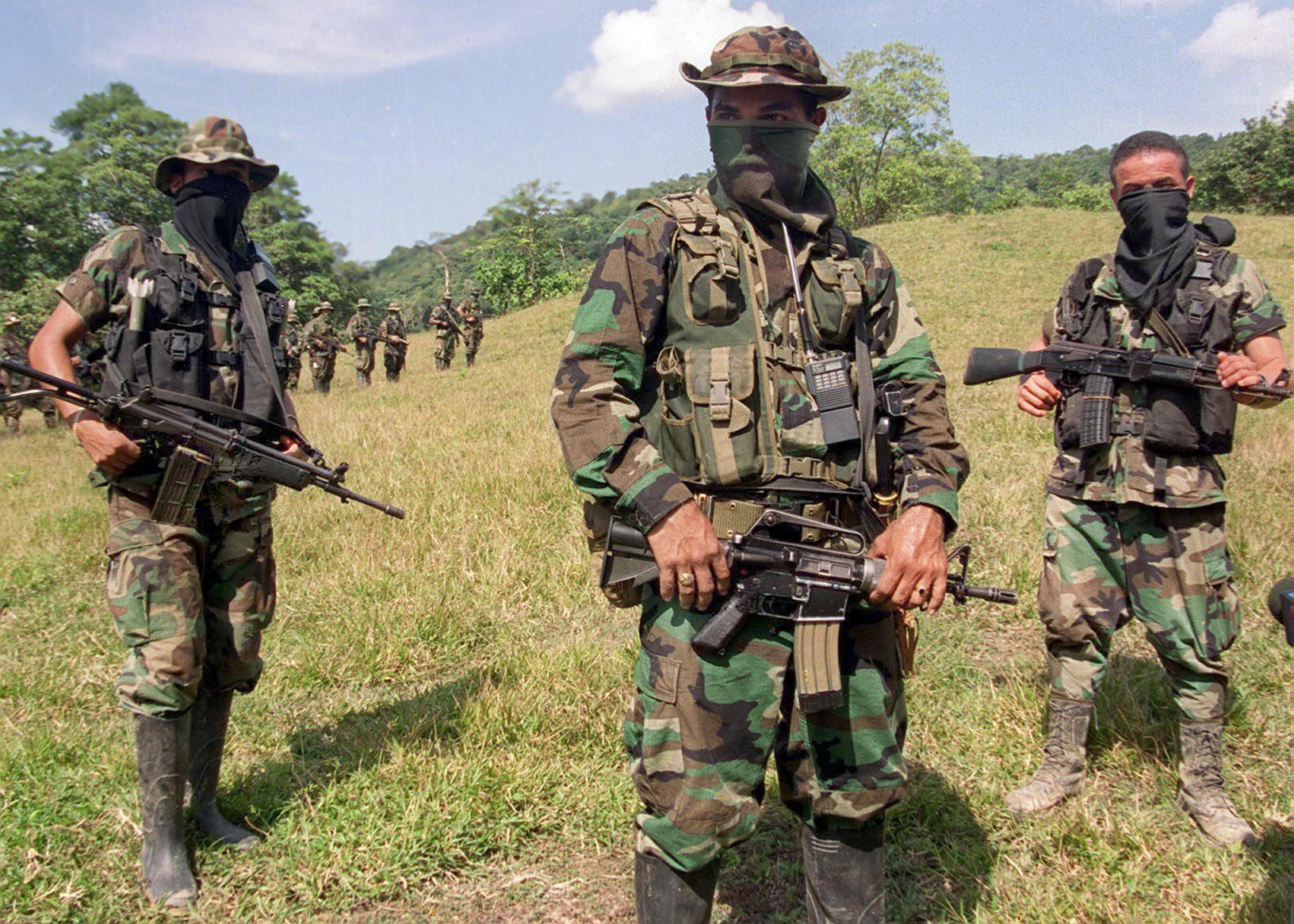 El jefe paramilitar de las Autodefensas Unidas de Colombia, comandante Mauricio (C), entrena a sus tropas el 29 de enero de 2000, en las montañas cercanas al Catatumbo, al noroeste de Bogotá
