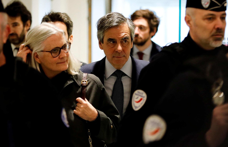 El ex primer ministro francés François Fillon, y su esposa Penelope, llegan al tribunal, el 10 de marzo de 2020 en París