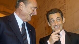 Jacques Chirac (g) et Nicolas Sarkozy (d) à la Sorbonne à Paris, le 6 novembre 2009.