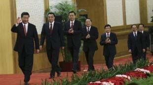 Thường vụ Bộ Chính trị mới Đảng Cộng sản Trung Quốc : nhiều nhân vật bảo thủ như Lưu Vân Sơn, (thứ 5).Ảnh chụp trước cuộc họp báo, ngày 15/11/2012