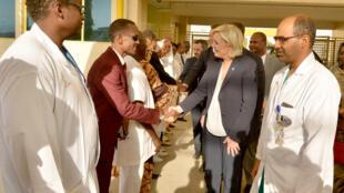 Lors de sa visite au Tchad, Marine Le Pen s'est rendue dans un hôpital pour femmes et enfants à Ndjamena, le 22 mars 2017.