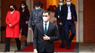 El presidente Pedro Sánchez, seguido por los demás miembros del Gobierno español, sale a la entrada del palacio de la Moncloa para una fotografía previa a un Consejo de Ministros, el 2 de febrero de 2021 en Madrid