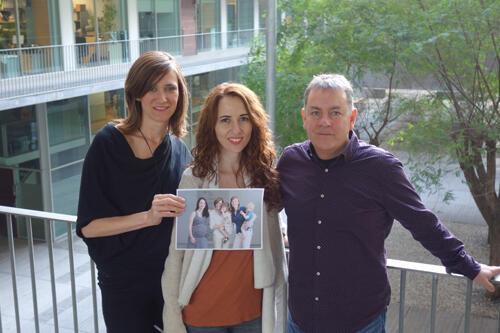 De izquierda a derecha los investigadores Erika Barba, Susanna Carmona y Òscar Vilarroya. En la foto impresa, Susanna Carmona, Erika Barba y Elseline Hoekzema.