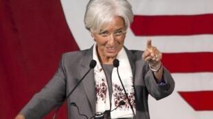 Christine Lagarde disse que gregos podem se ajudar ao pagarem impostos.