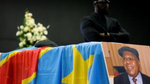 Jeneza lililobeba mwili wa Etienne Tshisekedi.Haponi Brussels nchini Ubelgiji
