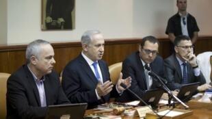 O premiê israelense Benjamin Netanyahu (2° à esq.) durante reunião em seu gabinete nesta segunda-feira 13 de maio, em Jerusalém.