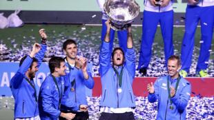 El argentino Juan Martín del Potro levanta la Copa Davis rodeado de compañeros de equipo en el Arena Zagreb, Croacia - 27/11/16
