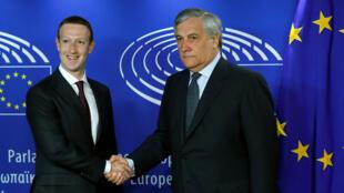 Mark Zuckerberg, CEO do de Facebook, e o presidente do Parlamento europeu, Antonio Tajani, em Bruxelas, em 22 de maio de 2018.