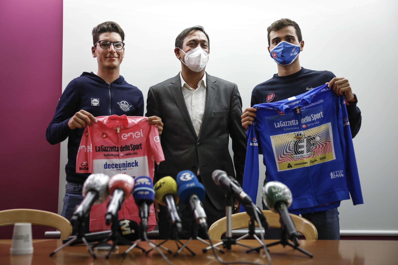 João Almeida com a camisola cor-de-rosa e Ruben Guerreiro com a camisola azul foram os ciclistas portugueses em destaque no 'Giro'. Os dois atletas estão com Delmino Pereira (centro), Presidente da Federação Portuguesa de Ciclismo.