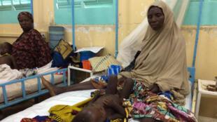 Deux mères et leurs enfants malnutris hospitalisés à l'hôpital de Zinder.