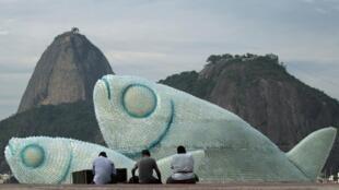 Peixes gigantes à base de garrafas de plástico, expostos na praia de Botafogo no Rio de Janeiro.