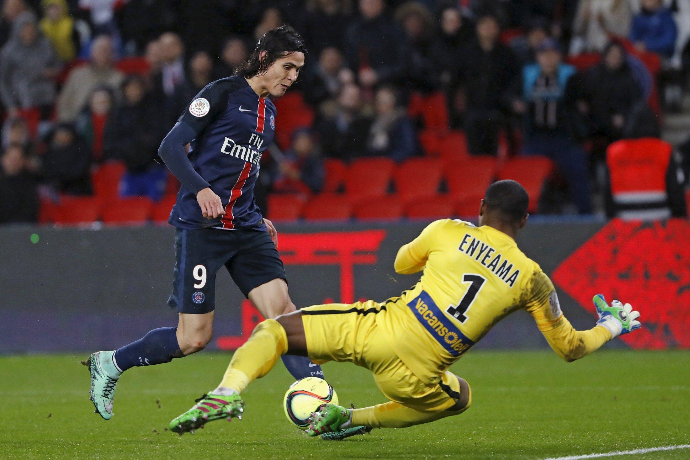 Edinson Cavani, del París Saint Germain, en acción contra Vincent Enyeama, del equipo de Lille, París, Parque de los Píncipes, 13 de febrero de 2016.