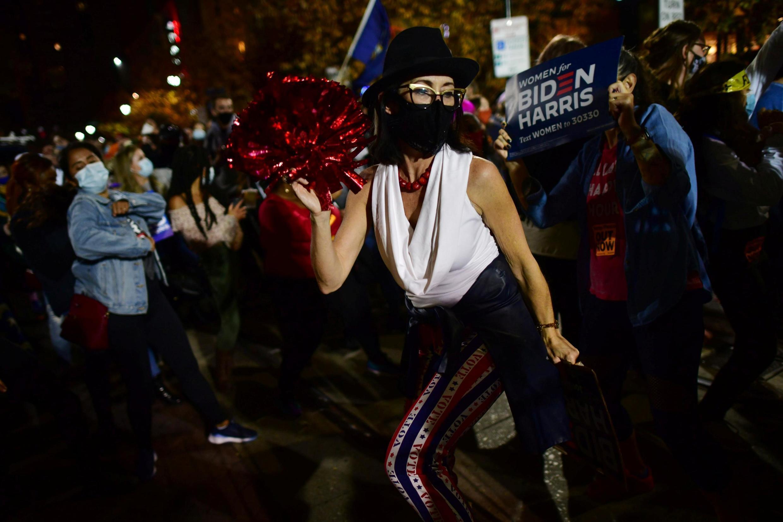 La Pennsylvanie a été cruciale pour le résultat de la présidentielle aux États-Unis. Ici, une Américaine fête la victoire de Joe Biden et de Kamala Harris, à Philadelphie le 6 novembre 2020. (Image d'illustration)