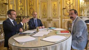 Tổng thống Pháp Emmanuel Macron (T) tiếp tổng thư ký công đoàn CGT Philippe Martinez (P), tại Phủ tổng thống, Paris, 23/05/2017.