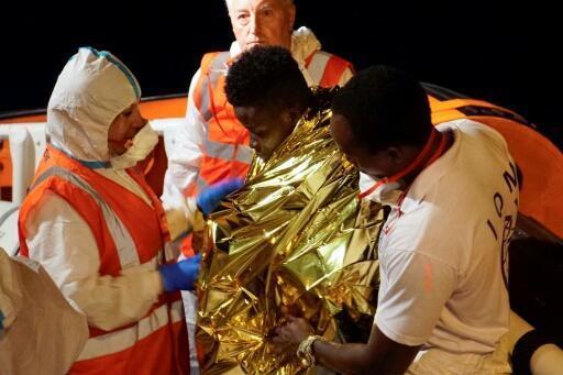 Os migrantes desembarcam do navio da ONG alemã Sea Watch3 em 8 de novembro de 2017 no porto siciliano de Pozzallo.