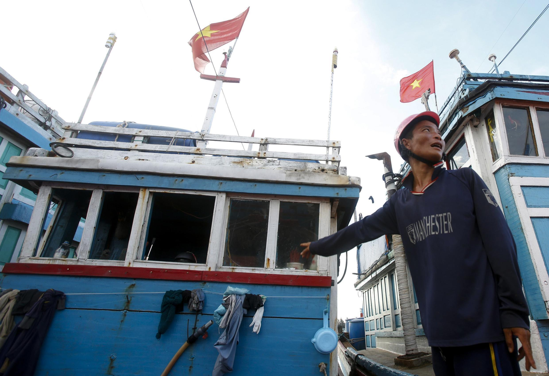 Ảnh minh họa : Một tàu của ngư dân Việt Nam đánh bắt ở Hoàng Sa bị tàu Trung Quốc tấn công, cướp phá.