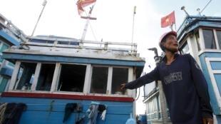 Ảnh minh họa : Một tàu của ngư dân Việt Nam đánh bắt cá ở Hoàng Sa bị tàu Trung Quốc tấn công, cướp phá.