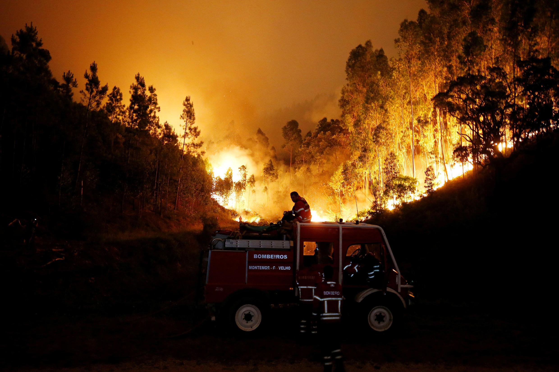 Bombeiros  lutam contra um incêndio próximo de Bouca, no centro de Portugal.18 de Junho de 2017