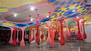 """Instalação """"Baleirobala"""", de Ernesto Neto, no Guggenheim de Bilbao. (Guggenheim)"""