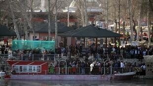 صدها نفر از نزدیکان قربانیان حادثه کشتی، با تجمع در کنار رود دجله به آنچه «فساد» خواندند اعتراض کردند و خواستار مجازات مسئولان این فاجعه شدند.
