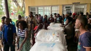 Famílias deslocadas à espera da distribuição alimentar na cidade da Beira, 19 de Março de 2019