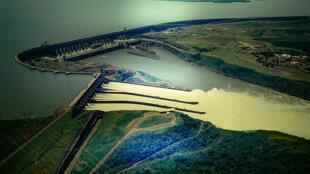 En las centrales hidroeléctricas, se utiliza energía hidráulica para la generación de energía eléctrica.