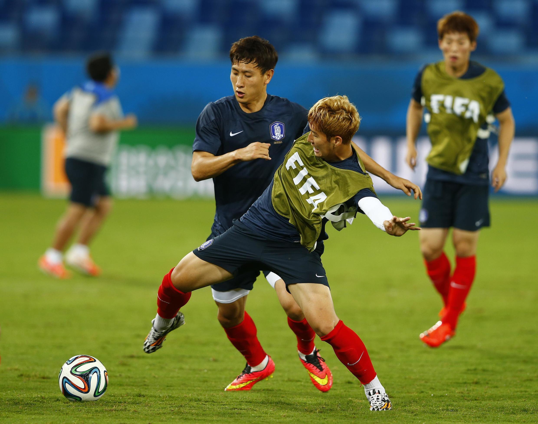 Cầu thủ Hàn Quốc Heung-Min Son (phải) trong buổi tập luyện tại sân Pantanal -Cuiaba.