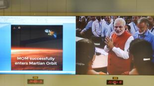 Le Premier ministre indien, Narendra Modi, au siège de l'agence spatiale pour applaudir la mise en orbite de la sonde Mars Orbiter Mission, le 24 septembre
