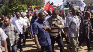 Rais wa DRC, Joseph Kabila mwenye kaunda suti (Kushoto), akiwa na Gavana wa Jimbo la Kivu Kaskazini (kulia) Julien Paluku, wakati alipotembelea mji wa Beni hivi karibuni