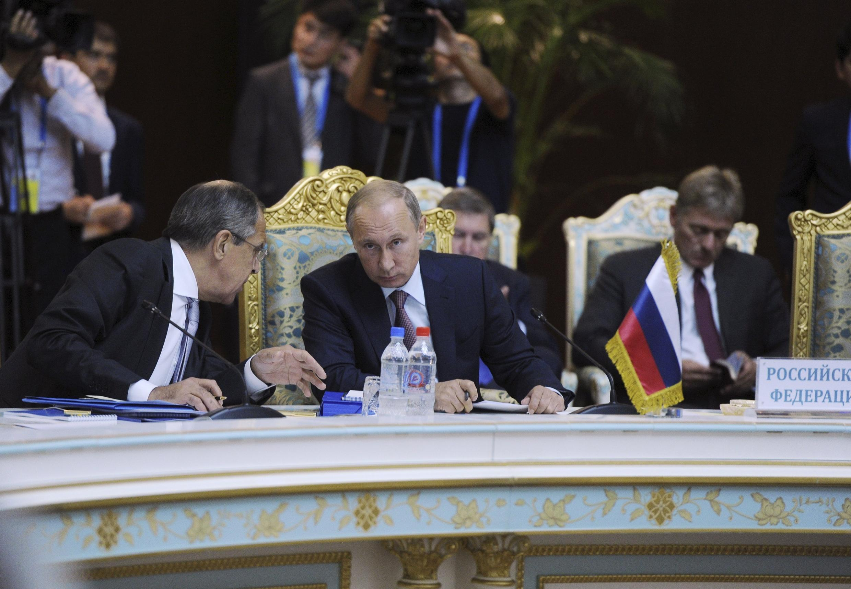 Le président russe Vladimir Poutine et son ministre des Affaires étrangères Sergeï Lavrov au Tadjikistan, le 15 septembre 2015.