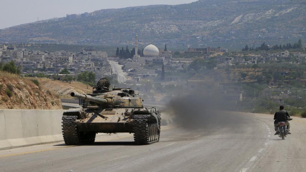 """Wapiganaji wa Front al-Nosra, tawi la Al Qaeda nchini Syria, moja ya makundi yanaounda """"Jeshi la ushindi"""" kwenye barabara inayounganisha Aleppo na Latakia, Juni 6 mwaka 2015."""