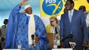 L'actuel président du Sénat, Pape Diop (à droite), était un proche de l'ex-président Wade. Il fait partie des personnalités entendues par la gendarmerie qui enquête sur des biens mal acquis.