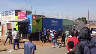 Des pillards vident une boutique, ici dans le township de Soweto, le 29 août 2018 (photo d'illustration).