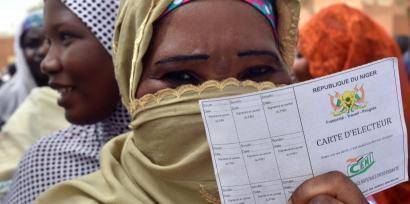 A la sortie d'un bureau de vote à Niamey à l'occasion du scrutin présidentiel et parlementaire de février 2016, une Nigérienne montre fièrement sa carte d'électrice.