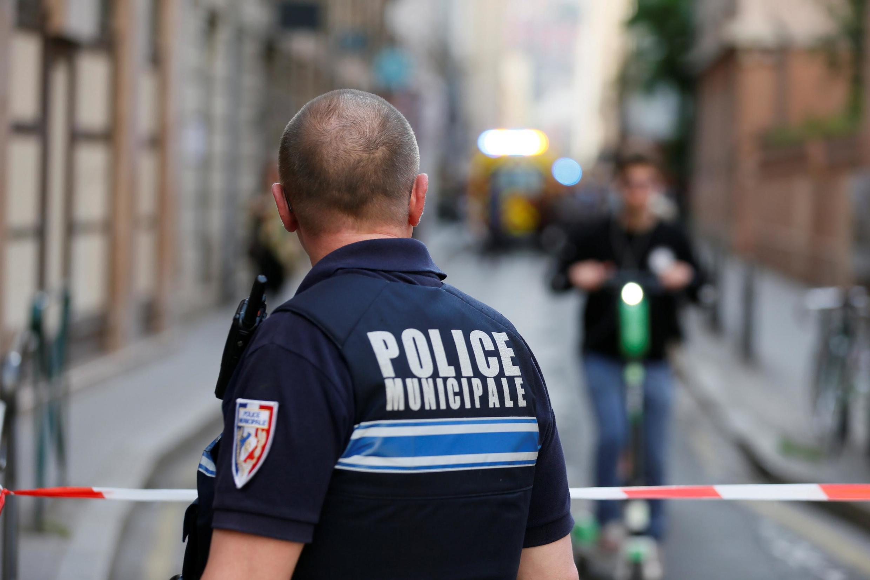 Policial olha em direção ao local onde ocorreu um ataque a bomba em Lyon, 24/05/2019