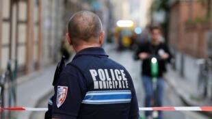 Agente da polícia junto do local onde decorreu a explosão na tarde deste 24 de Maio de 2019 em Lyon.
