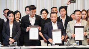 Les partis d'opposition thaïlandais réunis pour former une coalition anti-junte militaire à Bangkok, le 27 mars 2019.