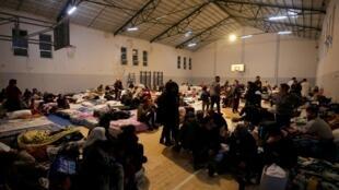 Un gymnase de Durrës reconverti en abri pour accueillir les rescapés du séisme qui a frappé l'Albanie mardi 26 novembre 2019.