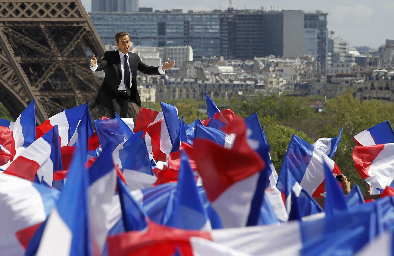 Президент-кандидат Николя Саркози выступает перед своими сторонниками в Париже 1 мая 2012 г.