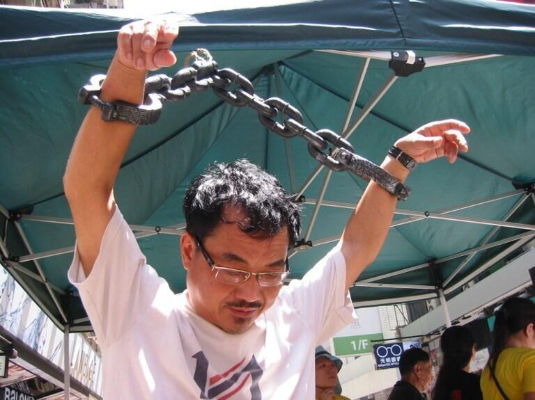 Một tổ chức bảo vệ nhân quyền biểu tình phản đối tình trạng tra tấn tại Trung Quốc.