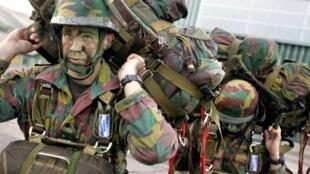 Des parachutistes belges embarquent à bord d'un C160 «Transall» français lors de l'exercice OAPEX. L'IEI doit renforcer les capacités d'action autonome des Européens.