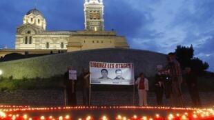 500 velas foram acesas em frente a igreja Notre-Dame-de-Lagarde, em Marselha, para marcar os 500 dias de cativeiro dos jornalistas no Afeganistão.