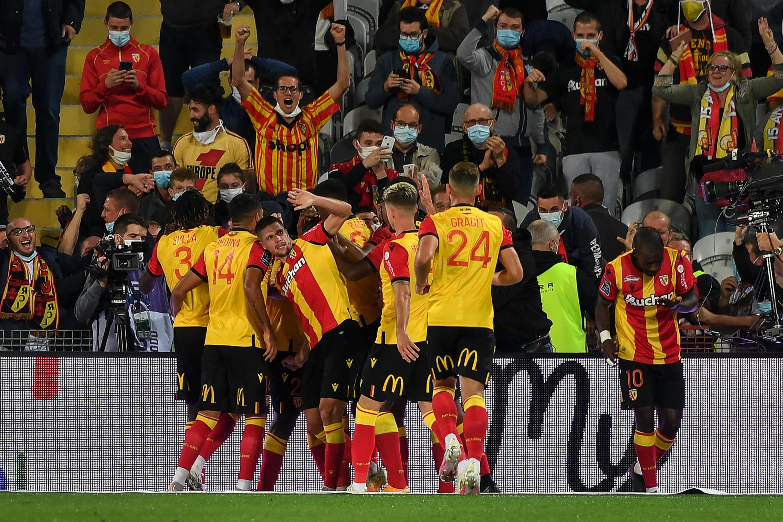 Les Lensois exultent après le but de Ganago contre le PSG, le 10 septembre 2020 à Bollaert